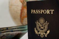 Deux passeports et un globe Images libres de droits