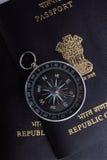 Deux passeports indiens, un compas magnétique images stock