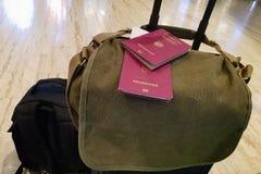 Deux passeports sont sur les valises image libre de droits