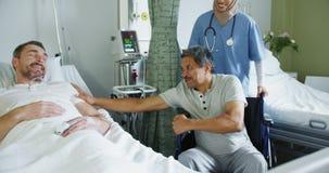 Deux patients masculins parlant dans une salle d'hôpital 4k clips vidéos