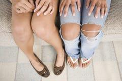 Deux pattes d'adolescentes seulement. Photographie stock libre de droits