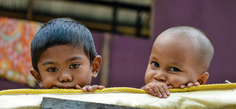 Deux pauvres petits frères regardant l'appareil-photo Photo stock