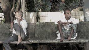 Deux personnes âgées attendant et s'asseyant comme un peole et apprécier normaux Photo libre de droits