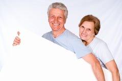 Deux personnes âgées avec le panneau Image stock