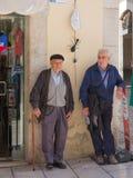 Deux personnes âgées parlant sur la rue Photos stock
