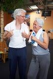 Deux personnes aînées en gymnastique Photographie stock libre de droits