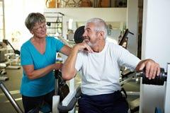 Deux personnes aînées en gymnastique Image libre de droits