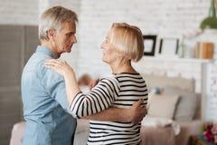 Deux personnes adorables dans l'amour dansant ensemble Photos stock