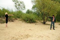 Deux personnes avec des canons, duel Photographie stock libre de droits
