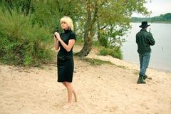 Deux personnes avec des canons, sur le rivage, se battent en duel Image libre de droits