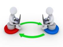 Deux personnes avec des ordinateurs agissent l'un sur l'autre les uns avec les autres Images stock