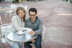 Deux personnes avec le smartphone en café Images libres de droits