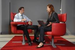 Deux personnes lors d'une réunion d'affaires photographie stock libre de droits