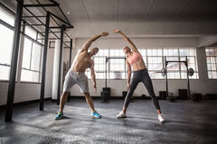 Deux personnes convenables faisant la forme physique Photo stock