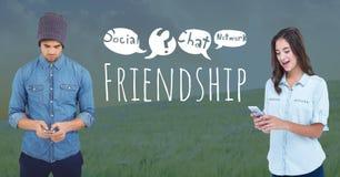 Deux personnes d'amis aux téléphones avec le media social d'amitié textotent avec des graphiques de dessins Photos libres de droits