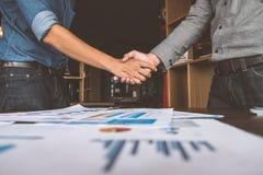 Deux personnes d'homme d'affaires serrant la main à faire une affaire, affaires photographie stock