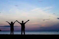 Deux personnes dans l'amour au coucher du soleil Photographie stock