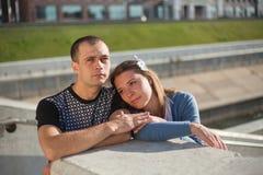 Deux personnes dans l'amour marchant autour Photo stock