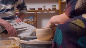 Deux personnes dans un atelier de poterie clips vidéos