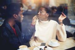 deux personnes de race noire dans la barre appréciant le temps dépensant les uns avec les autres, le jeune homme et la femme déte Photo stock