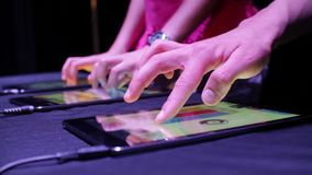 Deux personnes jouant la musique électronique avec les Tablettes banque de vidéos