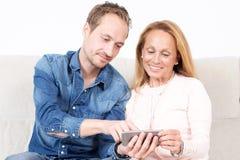 Deux personnes regardant le téléphone Photo libre de droits