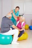 Deux personnes supérieures faisant la physiothérapie dans la maison de repos Image stock