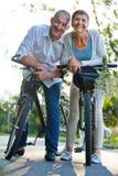 Deux personnes supérieures prenant la visite de vélo en été Images libres de droits