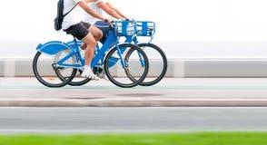 Deux personnes sur des bicyclettes dans le mouvement. Photographie stock libre de droits