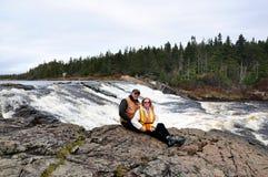 Deux personnes sur le bord de la cascade à écriture ligne par ligne Images stock