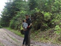 Deux personnes sur le chemin dans les bois Photographie stock