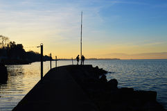 Deux personnes sur le dock du lac Image libre de droits