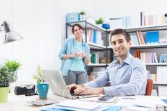 Deux personnes travaillant dans le bureau Photographie stock libre de droits