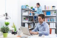 Deux personnes travaillant dans le bureau Photographie stock