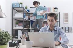Deux personnes travaillant dans le bureau Photo stock