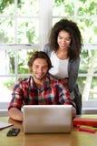 Deux personnes travaillant de la maison sur l'ordinateur portable Images libres de droits