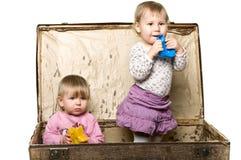 Deux petites chéris dans le sutcase. Photographie stock libre de droits
