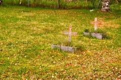 Deux petites croix de cimetière Images stock