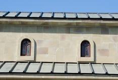 Deux petites fenêtres arquées sous le toit Photo libre de droits