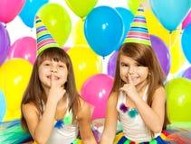 Deux petites filles à la fête d'anniversaire images stock