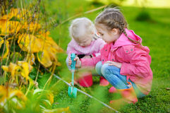 Deux petites filles aidant dans un jardin Photos stock