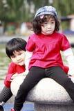 Deux petites filles asiatiques à l'extérieur. Photographie stock libre de droits