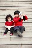 Deux petites filles asiatiques sur des escaliers. Photo libre de droits
