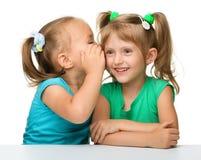 Deux petites filles causent photo libre de droits