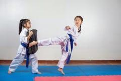 Deux petites filles démontrent des arts martiaux fonctionnant ensemble photos libres de droits