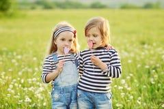 Deux petites filles d'amis Images stock