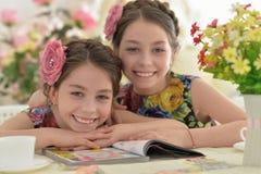 Deux petites filles dans des robes florales Images libres de droits