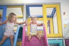 Deux petites filles dans le terrain de jeu Photographie stock