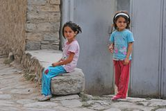 Deux petites filles dans le village montagneux de Lahic de l'Azerbaïdjan Photographie stock libre de droits
