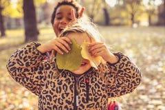 Deux petites filles en nature Image stock